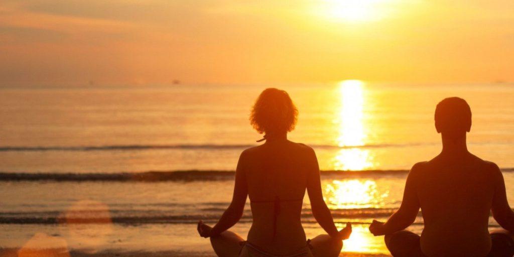 meditazione di una coppia in spiaggia
